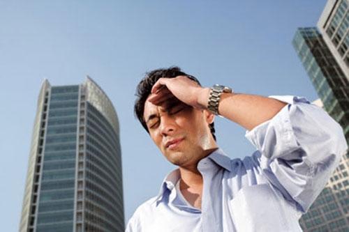 Khi thời tiết nắng nóng, bạn rất dễ bị đau đầu vùng đỉnh, chóng mặt, miệng khô khát