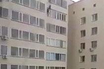 Phản ứng nhanh của người đàn ông tầng 9 đã cứu được em bé