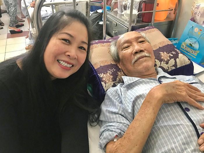 NSND Hồng Vân quyên góp 50 triệu đồng ủng hộ soạn giả bị ung thư - Ảnh 1