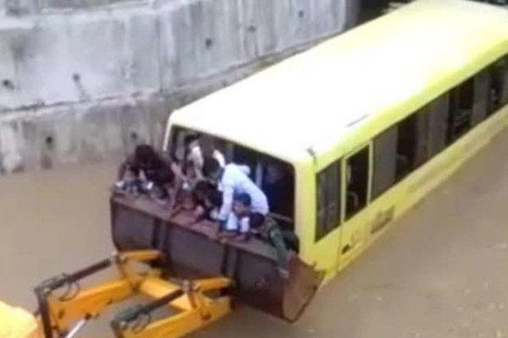 35 trẻ mắc kẹt trên xe buýt bị ngập nước, người dân mang máy xúc giải cứu - Ảnh 2
