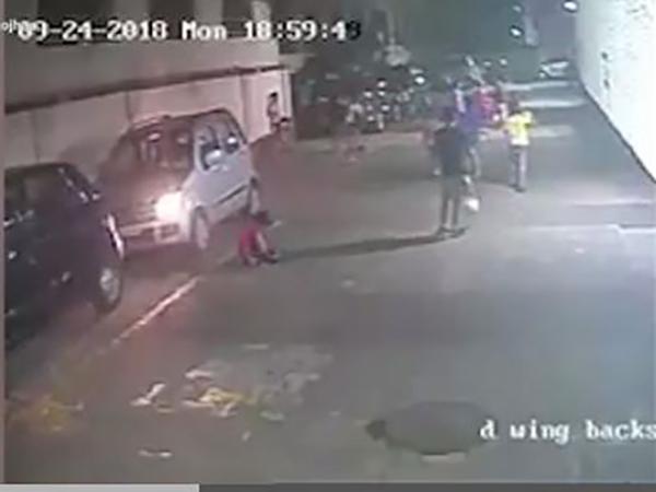 Nữ tài xế lái ô tô chèn qua người bé trai