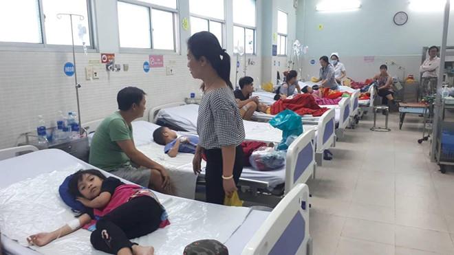 30 trẻ nhập viện sau khi ăn bánh mì chà bông gà - Ảnh 2