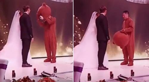 Đang cử hành hôn lễ, bạn trai cũ lên ôm chặt cô dâu khiến chú rể đứng hình - Ảnh 1