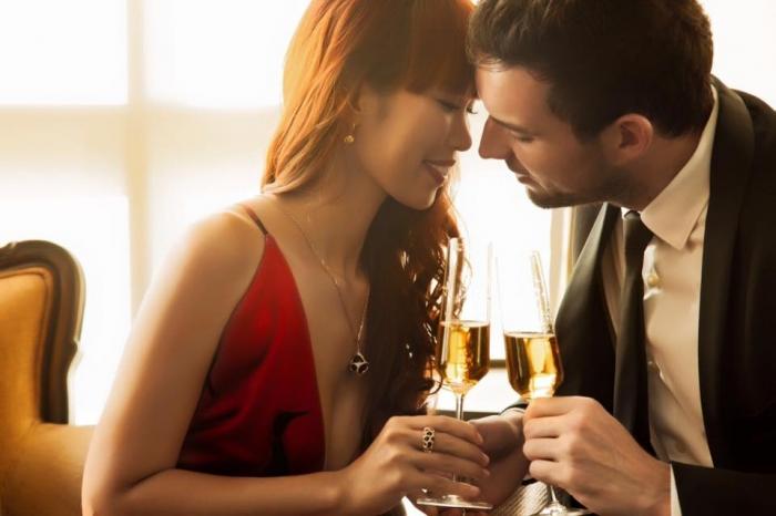 """Hơn 70% những trường hợp nam giới lần đầu có quan hệ tình dục với người phụ nữ khác không phải vợ mình đều có sự """"trợ giúp"""" của hơi men."""