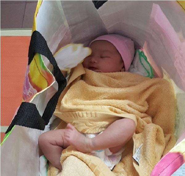 Một bé sơ sinh bị bỏ rơi nằm trong túi nylon giữa trung tâm TP.HCM - Ảnh 1