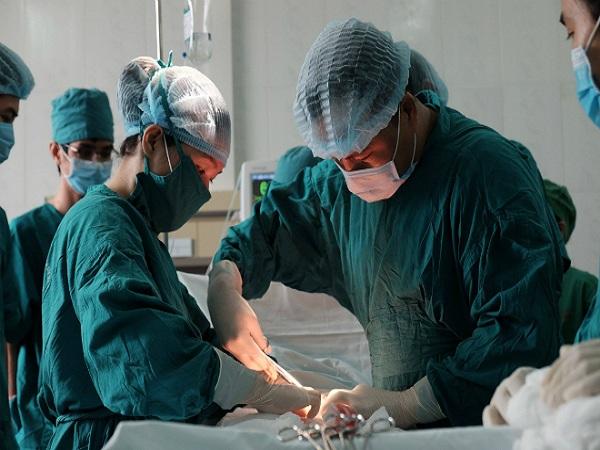 Bác sĩ Sài Gòn lên Tây Nguyên mổ cứu người phụ nữ - Ảnh 1