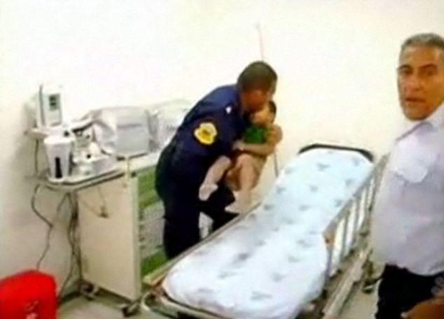 Cậu bé được giải cứu và đưa tới bệnh viện chăm sóc sau sự việc