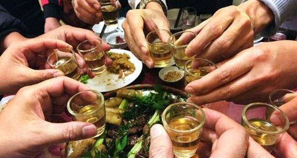 Cách xử trí ngộ độc rượu tức thì trong ngày Tết - Ảnh 2