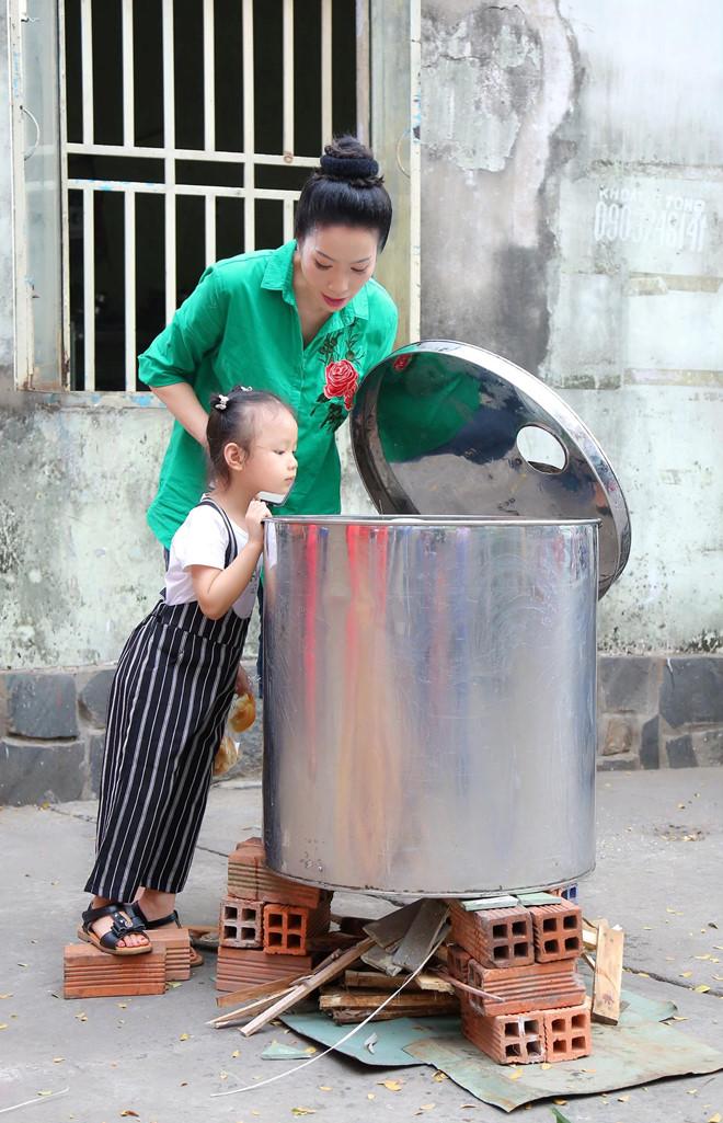 Ngô Thanh Vân, Angela Phương Trinh tất bật gói bánh chưng, bánh tét đón Tết - Ảnh 7