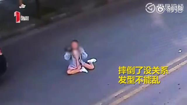 Vừa bị tô húc văng khi sang đường, cô gái trẻ lập tức ngồi dậy chỉnh lại tóc - Ảnh 2