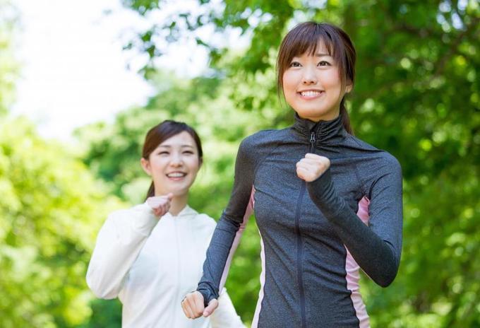 Với người trẻ, nên vận động nhiều sao cho ra mồ hôi và giải phóng các cơ, năng lượng trong cơ thể