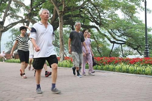 Người lớn tuổi, nên thực hiện các động tác nhẹ nhàng, tốt nhất là đi bộ nhẹ nhàng