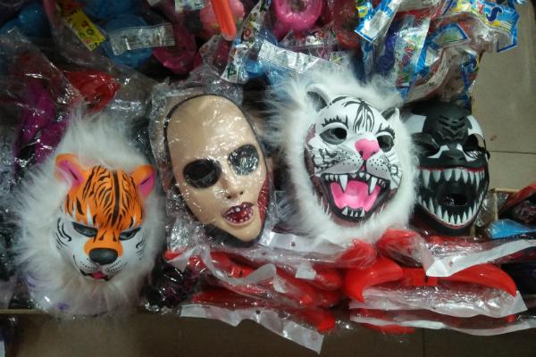 Cha mẹ lo ngại khi mặt nạ lông lá, rùng rợn bán nhan nhản chợ đồ chơi Trung thu - Ảnh 6
