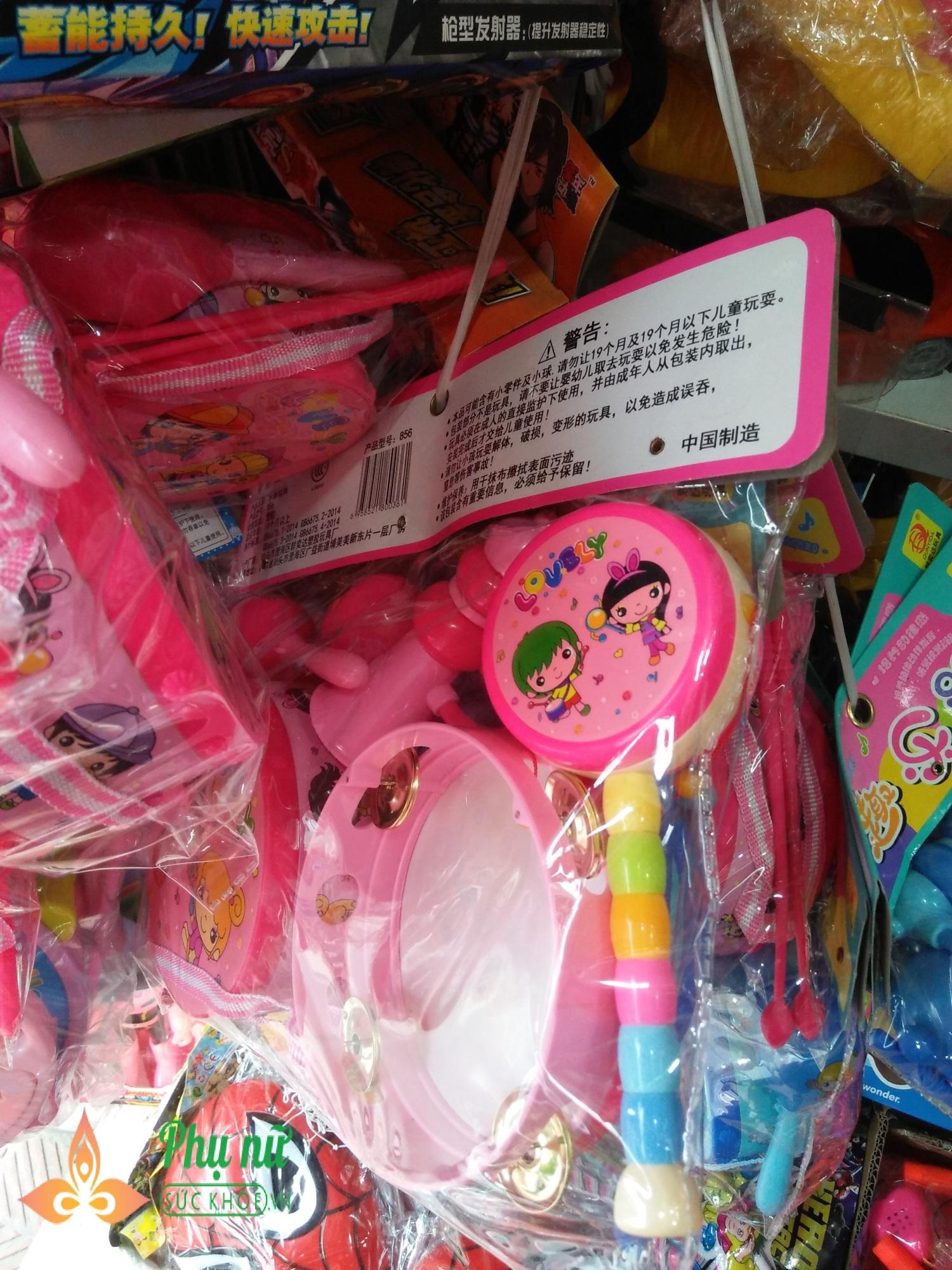 Cha mẹ lo ngại khi mặt nạ lông lá, rùng rợn bán nhan nhản chợ đồ chơi Trung thu - Ảnh 3