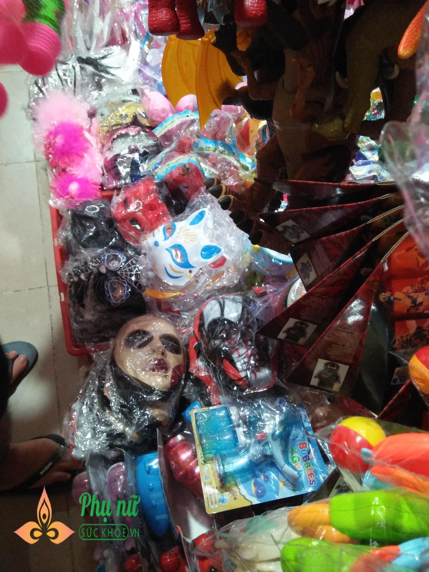 Cha mẹ lo ngại khi mặt nạ lông lá, rùng rợn bán nhan nhản chợ đồ chơi Trung thu - Ảnh 7