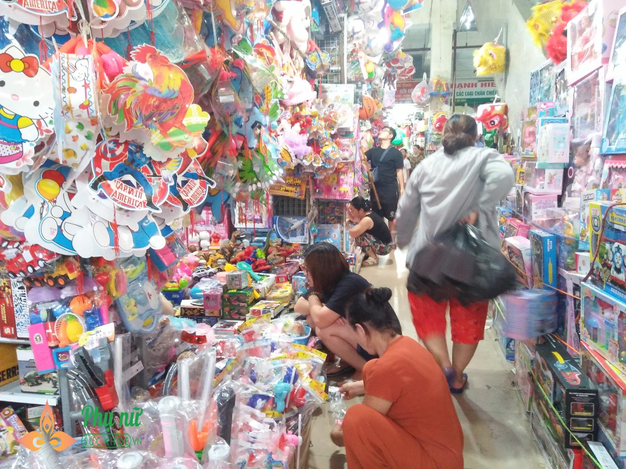 Cha mẹ lo ngại khi mặt nạ lông lá, rùng rợn bán nhan nhản chợ đồ chơi Trung thu - Ảnh 1