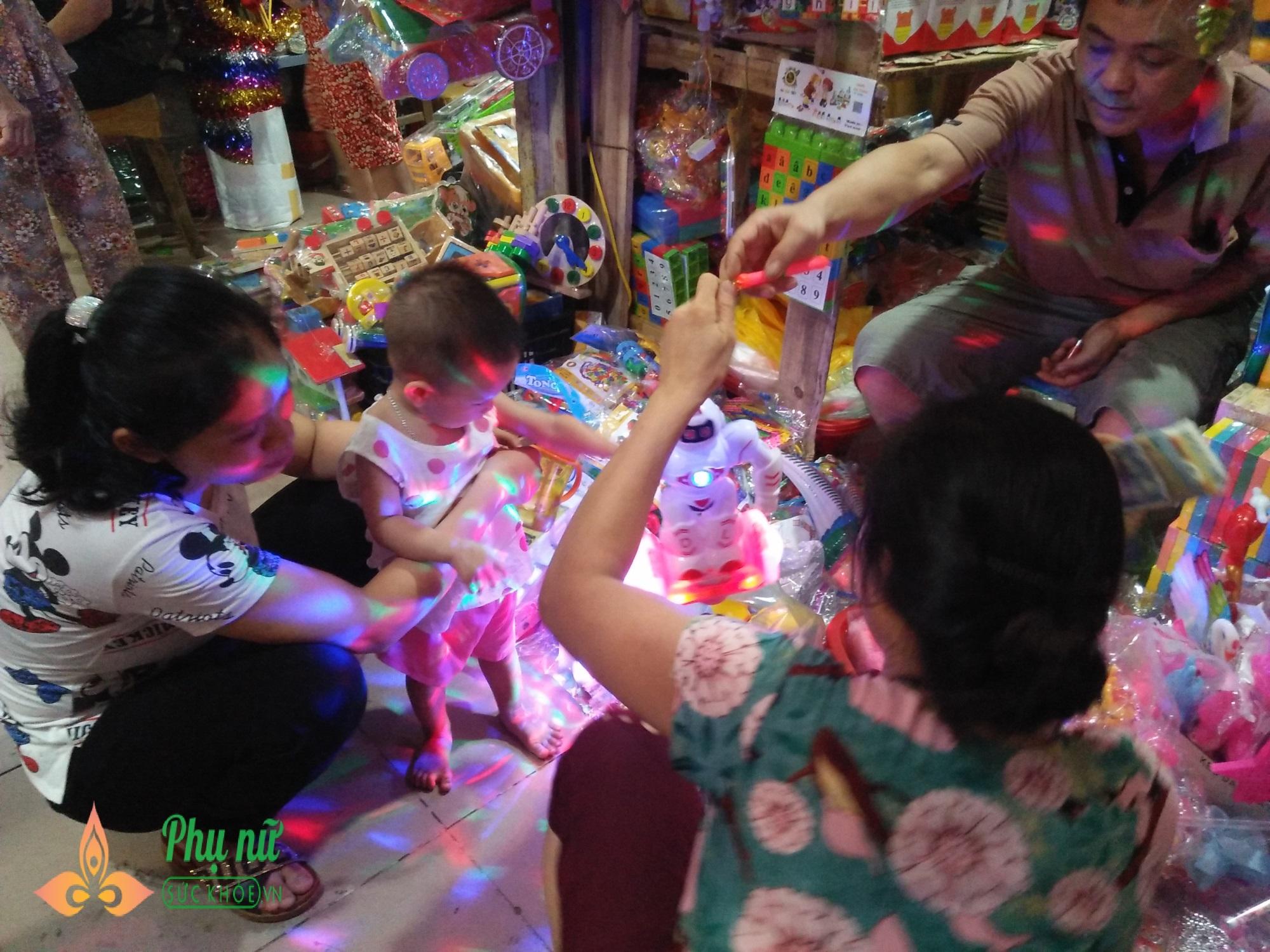 Cha mẹ lo ngại khi mặt nạ lông lá, rùng rợn bán nhan nhản chợ đồ chơi Trung thu - Ảnh 2