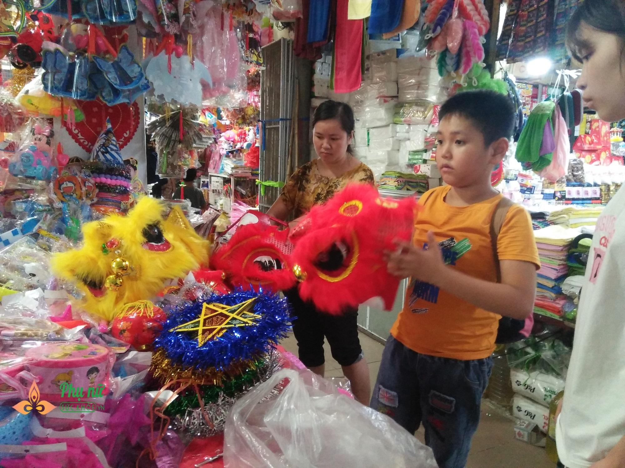 Cha mẹ lo ngại khi mặt nạ lông lá, rùng rợn bán nhan nhản chợ đồ chơi Trung thu - Ảnh 5