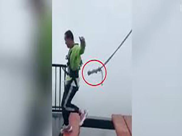 Khi vừa chạm chân vào phía bên kia cầu, dây an toàn bất ngờ tuột khỏi người du khách