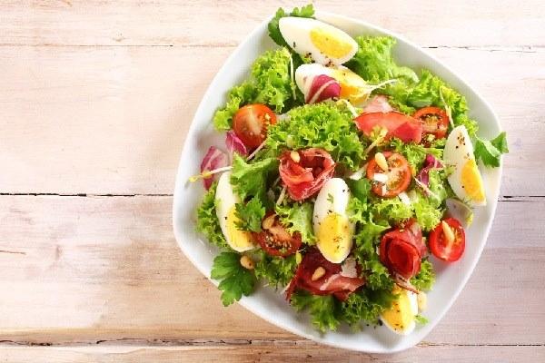 Thêm giấm táo vào món salad sẽ cách tuyệt vời để giảm cân