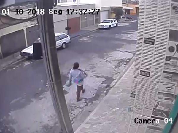 Không muốn mất việc làm, mẹ bế con gái mới sinh bỏ vào thùng rác - Ảnh 1