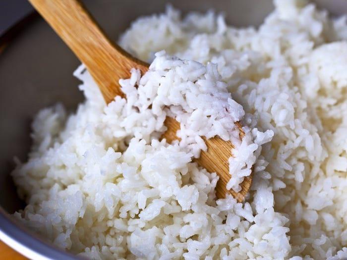 5 sai lầm khi ăn cơm cực kì tai hại nhiều người mắc phải - Ảnh 2