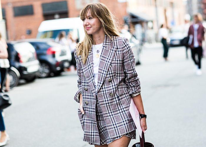 Nếu bạn thích ăn vận đơn giản nhưng vẫn nổi bật thì hãy sắm ngay một chiếc blazer dạ kẻ ô