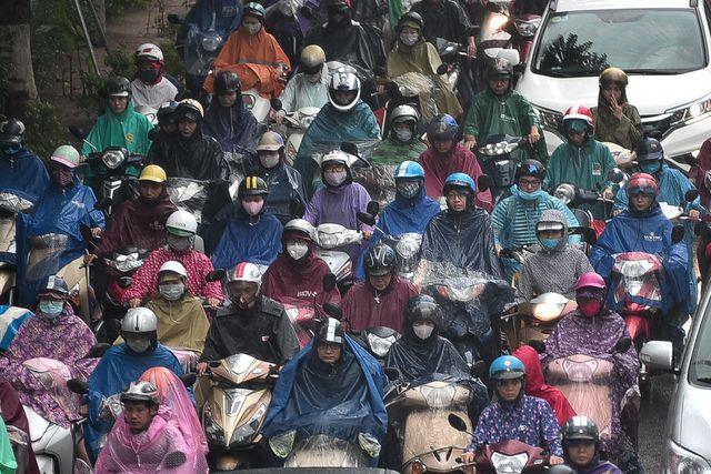 Hà Nội: Tắc đường nghiêm trọng do mưa bão số 2, người dân vật vã di chuyển - Ảnh 3