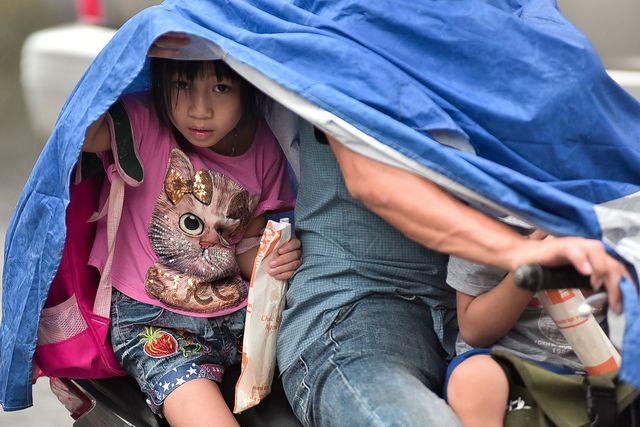 Hà Nội: Tắc đường nghiêm trọng do mưa bão số 2, người dân vật vã di chuyển - Ảnh 5