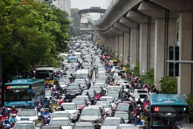 Hà Nội: Tắc đường nghiêm trọng do mưa bão số 2, người dân vật vã di chuyển - Ảnh 4