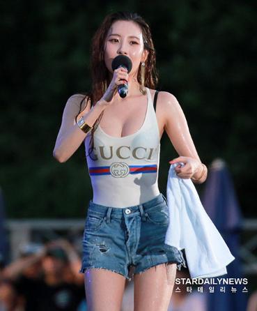 Top 3 nữ Idol có phong cách thời trang lập dị nhất Kpop - Ảnh 12