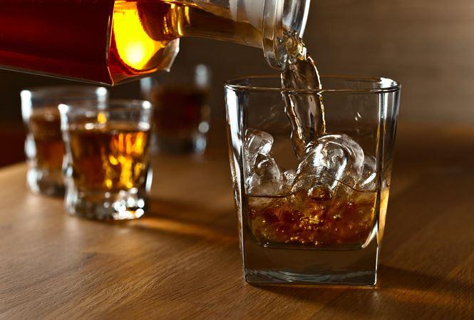 Nếu thường xuyên uống quá nhiều rượu, bạn sẽ dễ dàng mắc bệnh gan nhiễm mỡ và những tổn thương mãn tính cho tế bào gan