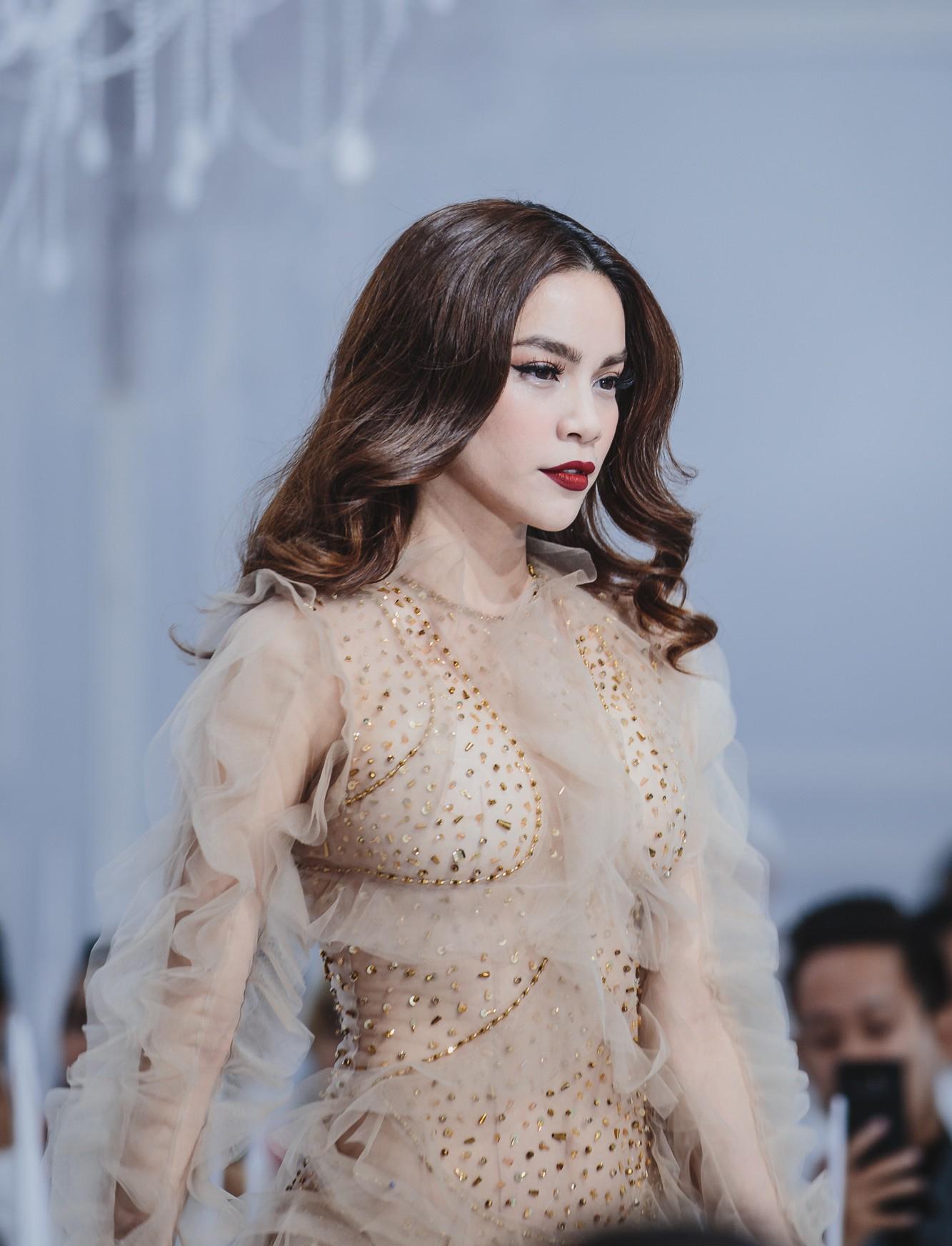 Diện váy xuyên thấu lộ nội y 'quá bạo', Hồ Ngọc Hà bị chê phản cảm trong show của Lý Quí Khánh - Ảnh 2