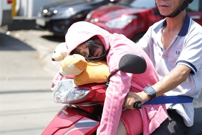 Bác sĩ hướng dẫn giờ ra khỏi nhà để tránh bị ung thư da khi TP.HCM nắng nóng - Ảnh 2