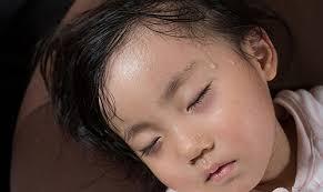 Bác sĩ Nhi giải thích nguyên nhân trẻ đổ nhiều mồ hôi và cách xử lý - Ảnh 2
