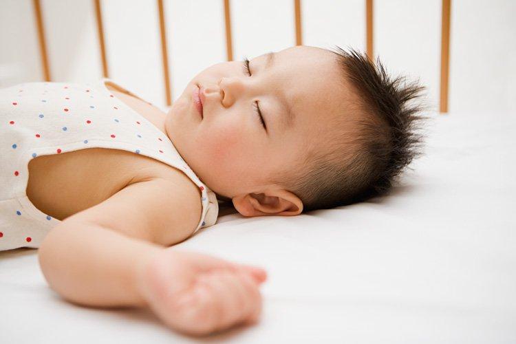 Bác sĩ Nhi giải thích nguyên nhân trẻ đổ nhiều mồ hôi và cách xử lý - Ảnh 1