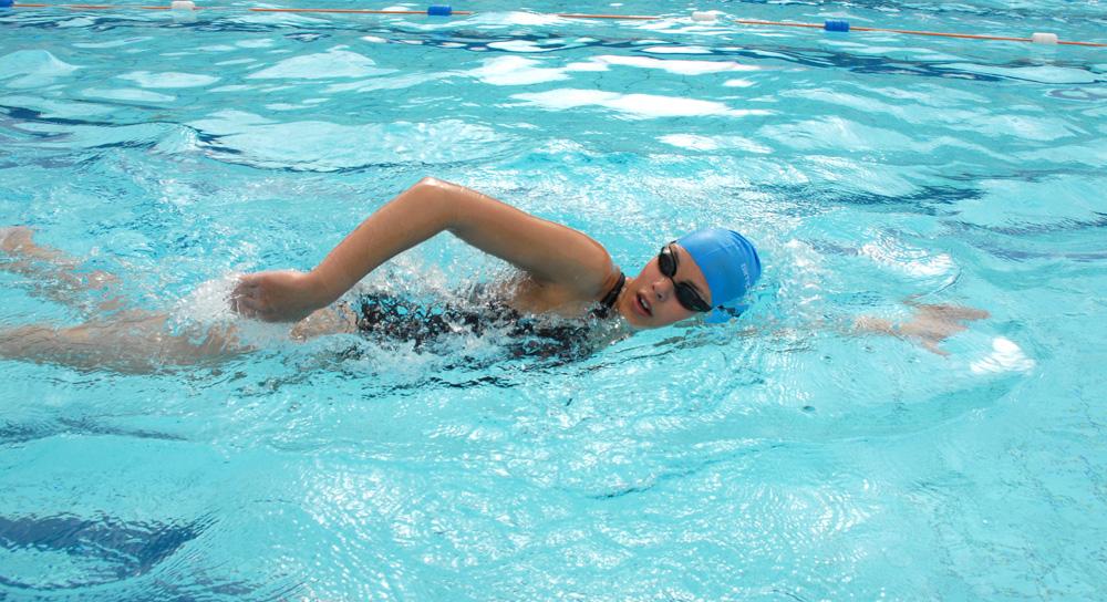 Chị em nên duy trì hoạt động bơi lội liên tục trong giai đoạn trước khi thụ thai