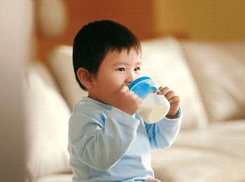 Chuyên gia giải đáp: Trẻ 1 tuổi nên uống sữa tươi loại gì? - Ảnh 2