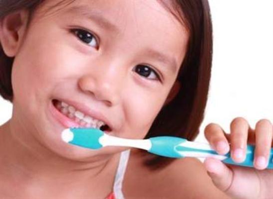 Chuyên gia hướng dẫn cha mẹ cách chọn bàn chải và kem đánh răng phù hợp cho trẻ em   - Ảnh 1