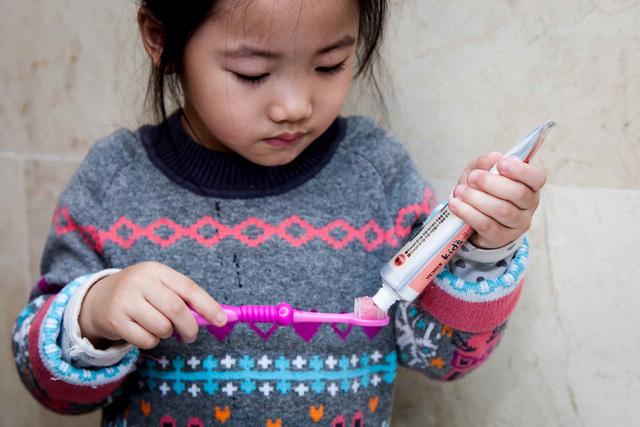 Chuyên gia hướng dẫn cha mẹ cách chọn bàn chải và kem đánh răng phù hợp cho trẻ em   - Ảnh 2