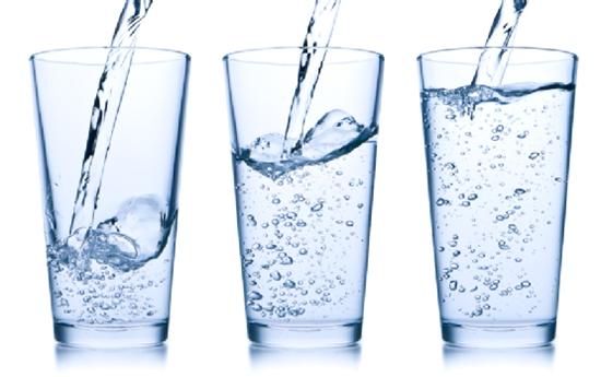 Bà bầu cần uống đủ lượng nước lọc trong ngày để giải độc gan