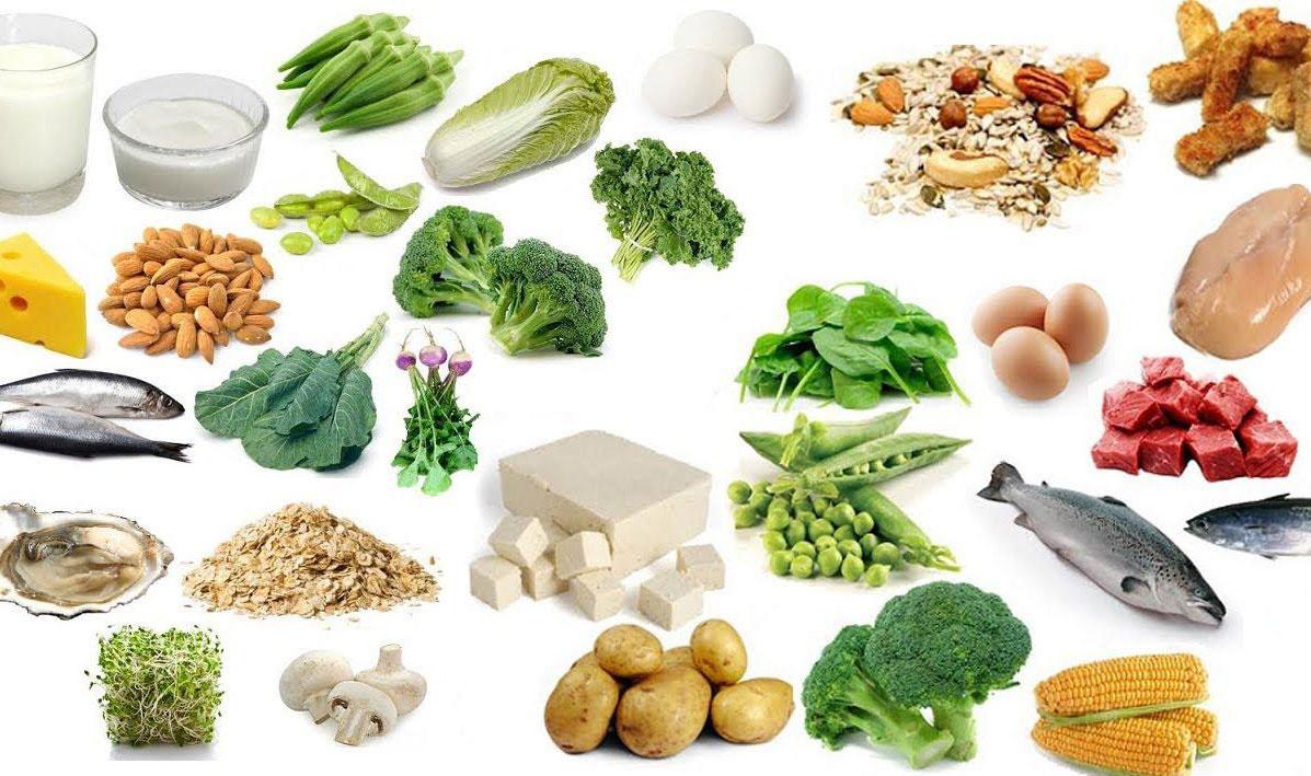 Cha mẹ nên tăng cường cho trẻ ăn các thực phẩm giàu canxi và vitamin D để phòng tránh bệnh còi xương