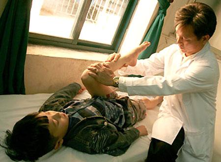Bác sĩ sẽ có phác đồ điều trị thích hợp đối với trẻ bị viêm khớp gối