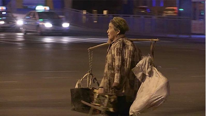 Xúc động cụ bà 68 tuổi ngày đêm bán hàng rong dành tiền cho con mua nhà - Ảnh 1