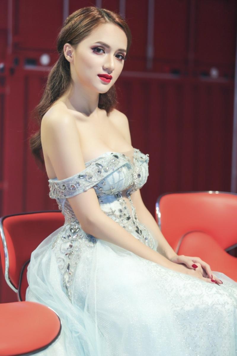 Hương Giang Idol và những lần khoe cơ thể sexy khiến phụ nữ đích thực cũng phải ghen tỵ - Ảnh 2