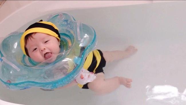 Cho con học bơi từ 2 tháng tuổi như ông chủ Facebook mang lại những lợi ích gì? - Ảnh 2