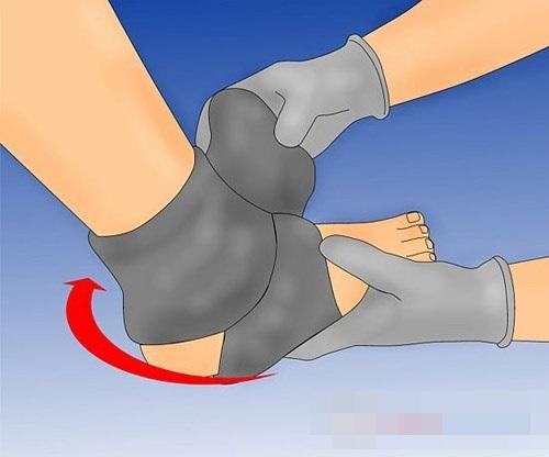 Quấn tất quanh cổ chân để hạ sốt cho trẻ, các mẹ nào cũng phải biết