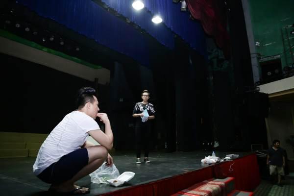 Trấn Thành mang dép xỏ ngón, mặc quần đùi đi tập kịch lúc nửa đêm - Ảnh 1