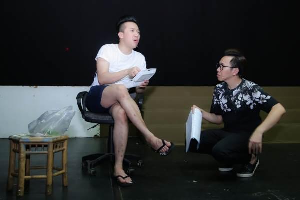 Trấn Thành mang dép xỏ ngón, mặc quần đùi đi tập kịch lúc nửa đêm - Ảnh 2