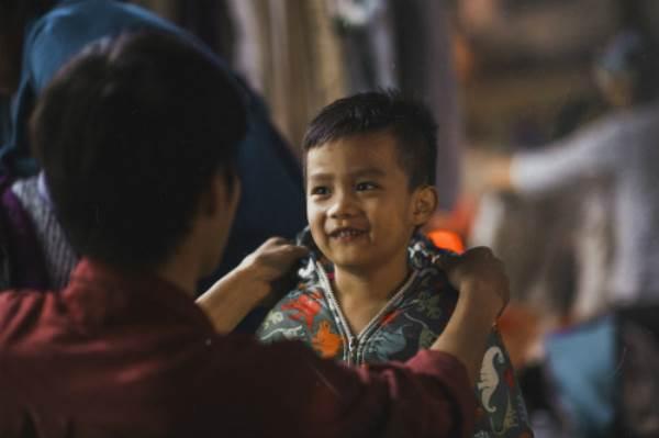 Bộ ảnh gây xúc động về tình cha con với cái Tết của người nghèo - Ảnh 14